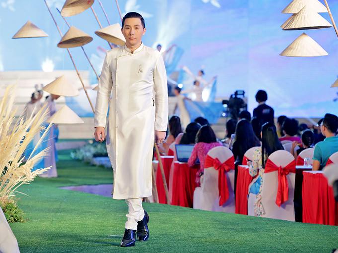 Người mẫu Nam Phong trông thư sinh, nho nhã với áo dài dành cho quý ông.