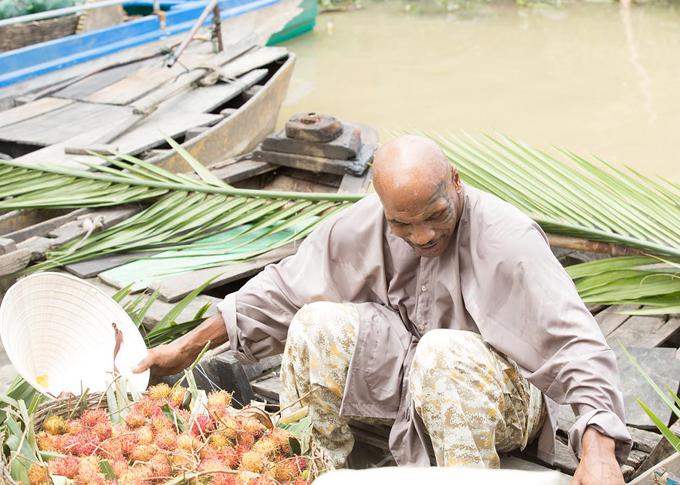 Nhà vô địch quyền Anh hạng nặng ra dáng một nông dân bán trái cây trên chợ nổi Cái Răng.