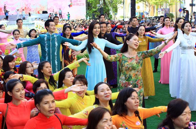Mỹ Linh cùng nghệ sĩ Kim Xuân, ca sĩ Nguyễn Phi Hùng vàhơn 3.000 phụ nữ đồng diễn một tiết mục trên nền ca khúc Tôi yêu áo dài Việt Nam.