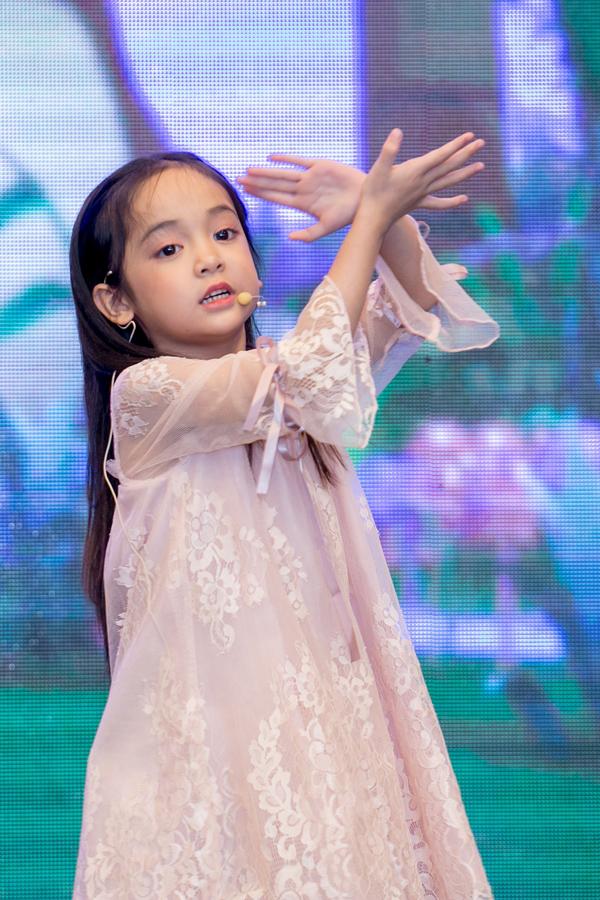 Trong sự kiện hôm qua, Chu Diệp Anh thể hiện ca khúc Twinkle Twinkle Little Star.