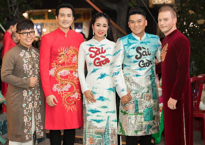 Lê Phương - Trung Kiên chụp ảnh cùng nhà thiết kế Minh Châu (ngoài cùng bên trái), ca sĩ Nguyễn Phi Hùng và Kyo York.