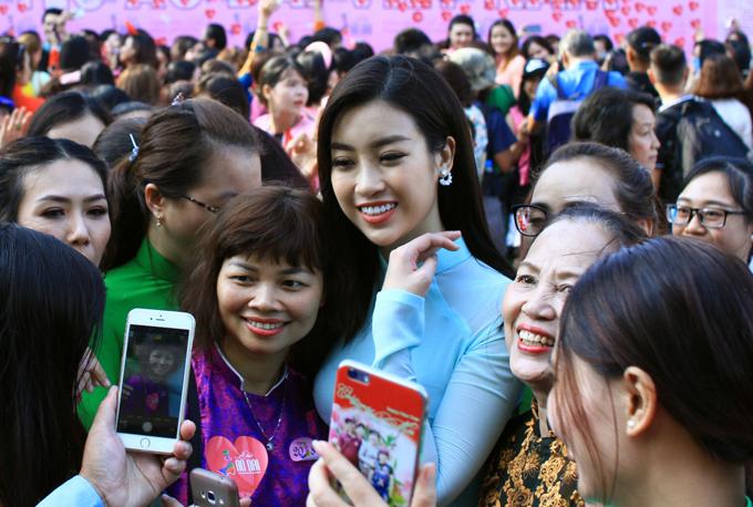 Các chị em tranh thủ xin chụp ảnh cùng mỹ nhân người Hà Nội.
