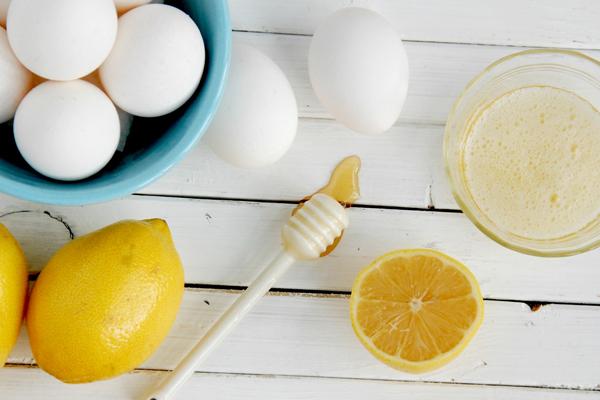 Nếu da có dấu hiệu phát sinh mụn, bạn có thể trộn lòng trắng trứng gà với 1 thìa cafe mật ong và vài giọt nước cốt chanh, đắp lên da để kháng khuẩn, trị mụn và làm mờ vết thâm do mụn để lại.