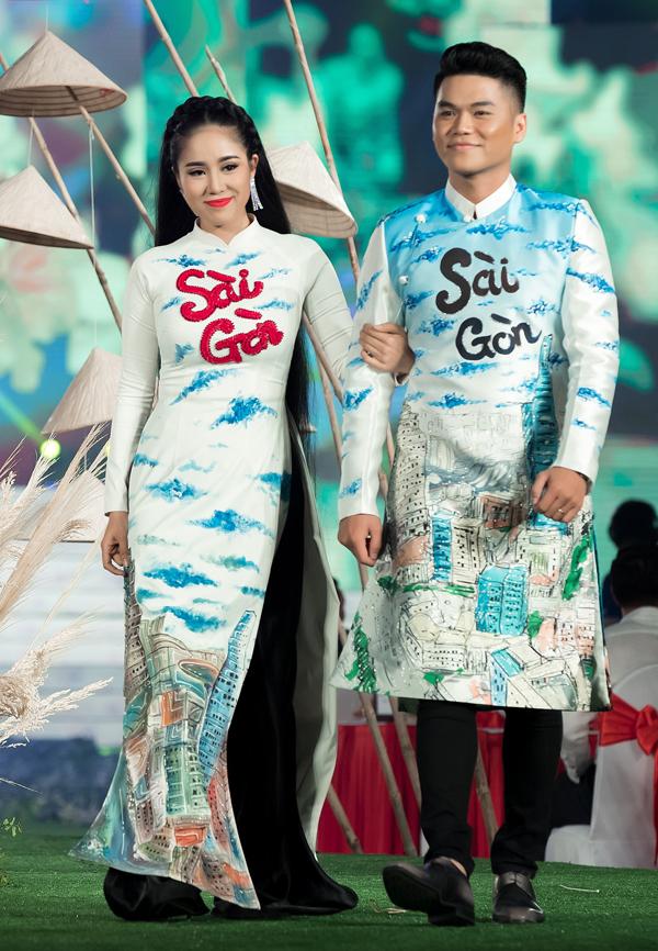 Đôi vợ chồng tình tứ khoác tay nhau làm vedette giới thiệu sưu tập Cô bông Sài Gòn của Minh Châu.