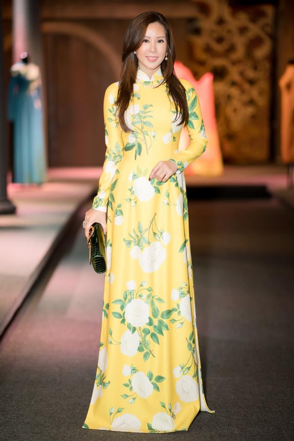Hoa hậu Phu nhân 2012 Thu Hoài cũng dậy sớm đi sự kiện. Gái 3 con trẻ trung với áo dài hoa, điệu đà làm duyên trước ống kính.