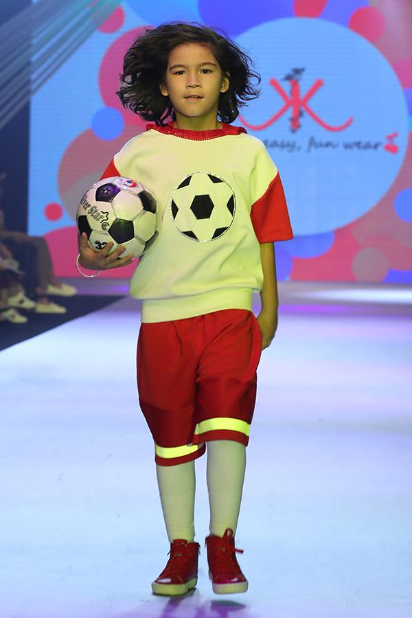 Góp mặt tại Asian Kids Fashion Week 2018 tổ chức vào tối 4/3 tại TP HCm, nhà thiết kế Thanh Huỳnh đã trình làng bộ sưu tập xuân hè 2018 với các thiết kế theo phong cách thể thao.