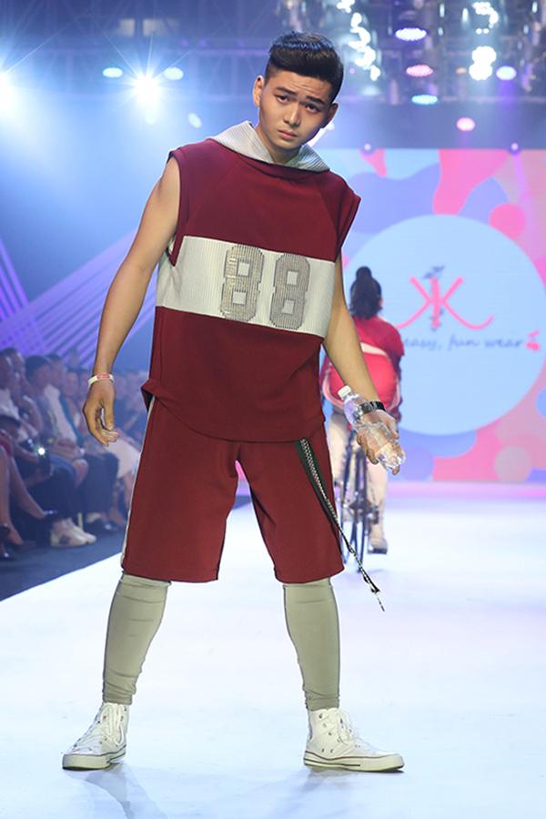 Ngoài các mẫu thiết kế dành cho các bé lứa tuổi nhi đồng, bộ sưu tập còn giới thiệu các trang phục dành cho lứa tuổi thiếu niên.
