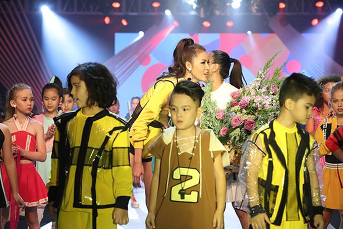 Minh Tú, nhà thiết kế Thanh Huỳnh và dàn mẫu nhí trong phần chào kết chương trình.