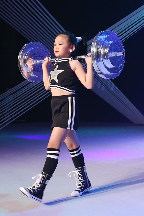 Trong chương trình, nhiều đạo cụ đáng yêu như vợt cầu lông, thanh tạ ngang, dây lụa, bao tay boxing cũng được sử dụng để tăng thêm nét ngộ nghĩnh, đáng yêu cho các bé.