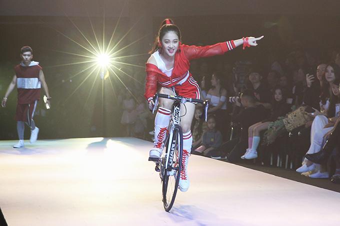 Nhằm mang lại sự sinh động cho phần biểu diễn, nhiều dụng cụ thể thao, xe đạp đã được đưa lên sàn diễn.