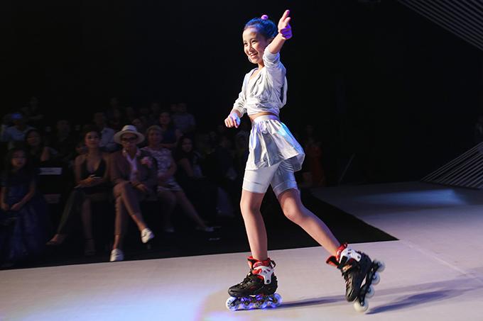 Các bé gái đi xe đạp và trượt patin trên sàn catwalk đã thu hút được sự quan tâm của khán giả có mặt theo dõi chương trình.