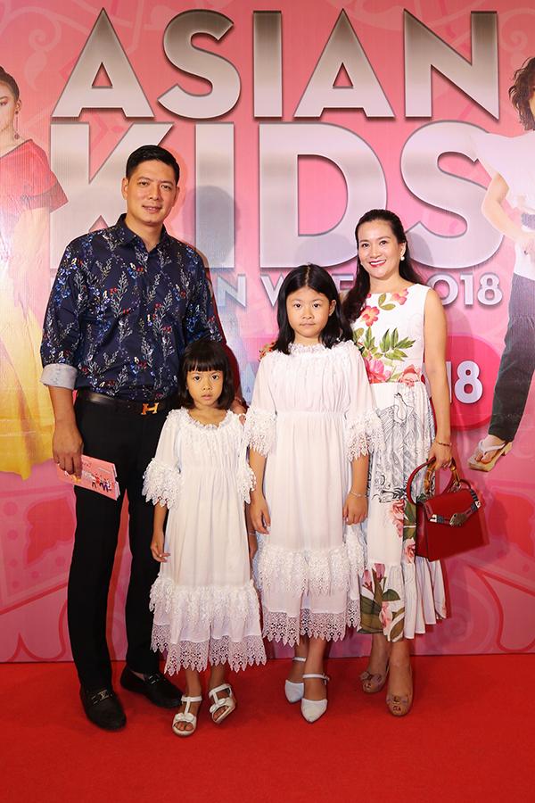 Gia đình diễn viên Bình Mình nổi bật khi xuất hiện tại sự kiện dành cho thiếu nhi. Nam diễn viên chia sẻ, vì hai bé gái rất đam mê thời trang nên anh muốn cùng con đến tham dự chương trình Asian Kids Fashion Week 2018.