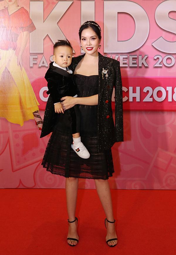 Dương Cẩm Lynh chọn sắc đen và kiểu dáng sang trọng cho trang phục của mình và con trai.