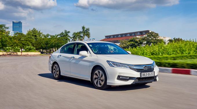 Honda Accord: Sở hữu sự nâng tầm của các yếu tố thể thao hiện đại - hứng khởi khi sử dụng cùng động cơ áp dụng công nghệ đột phá Earth Dreams Technology, Honda Accord là một trong những lựa chọn thú vị cho khách hàng trong phân khúc sedan hạng D, với mức giá 1,198 tỷ đồng.