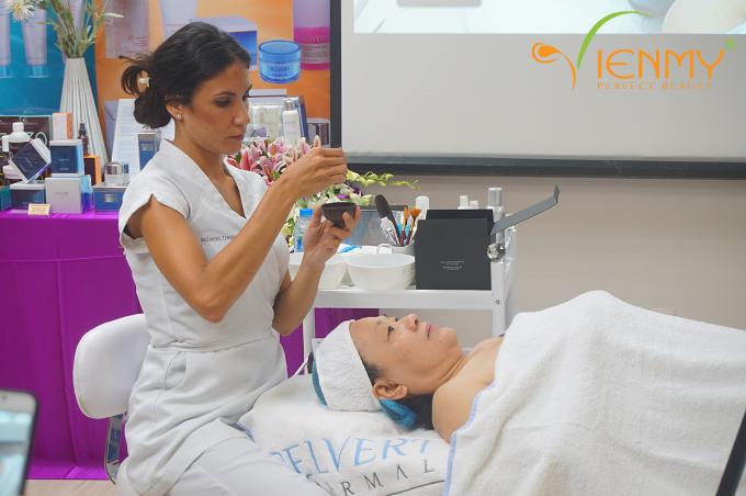 Chuyên gia Lidia González Torres thực hiện liệu trình trên người mẫu - Hội thảo tháng 9/2017.
