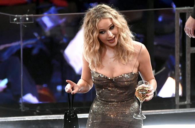 Jennifer vốn không ít lần vồ ếch tại lễ trao giải Oscar vì sự vụng về, hấp tấp của mình.