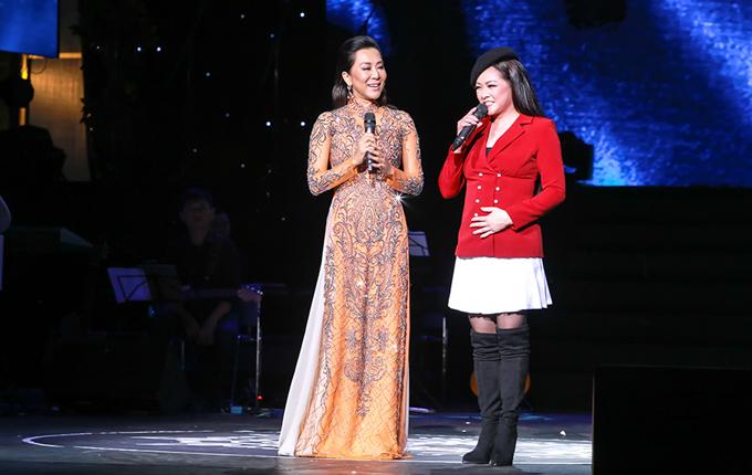 MC Kỳ Duyên và Như Quỳnh trên sân khấu tại Hà Nội hồi cuối tháng 1/2018.