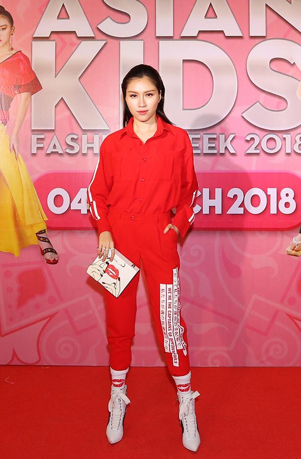 MC Thanh Thanh Huyền cá tính với cách phối tông màu trắng đỏ cùng phong cách thể thao.