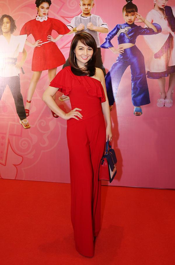 Diễn viên Mai Thu Huyền chọn jumpsuit gam màu đỏ tươi để giúp mình thêm trẻ trung.