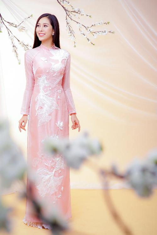 Chiếc áo dài tơ sống màu hồng pastel thêu tay họa tiết sen cá thoạt nhìn đơn giản nhưng là gợi ý cho cô dâu lựa chọn phong cách áo cưới cao cấp, tinh tế.