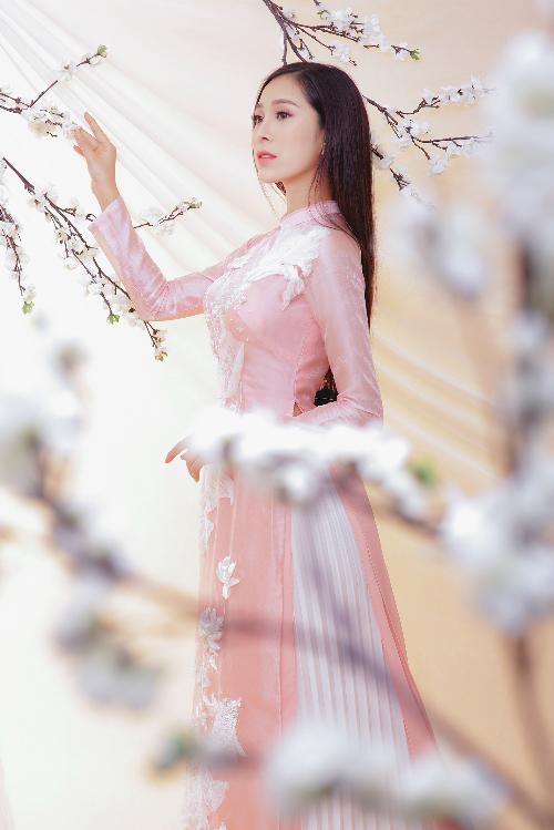 Kiểu áo 4 tà thêm phần thướt tha, uyển chuyển khi kết hợp cùng chân váy dài xếp ly thay cho quần lụa ống rộng. Cách kết hợp này gợi sự liên tưởng tới bộ trang phục áo tứ thân váy đụp của phụ nữ Việt xưa.