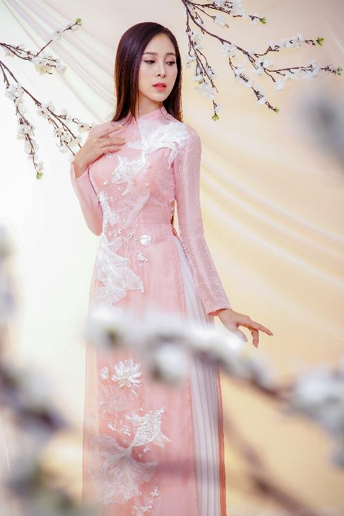 Nhà thiết kế sử dụng chất liệu tơ sống với mục đích đem tới cảm giác mát mẻ, thoải mái cho cô dâu, đề cao tính ứng dụng thay vì tạo phong cách khoa trương, cầu kỳ.