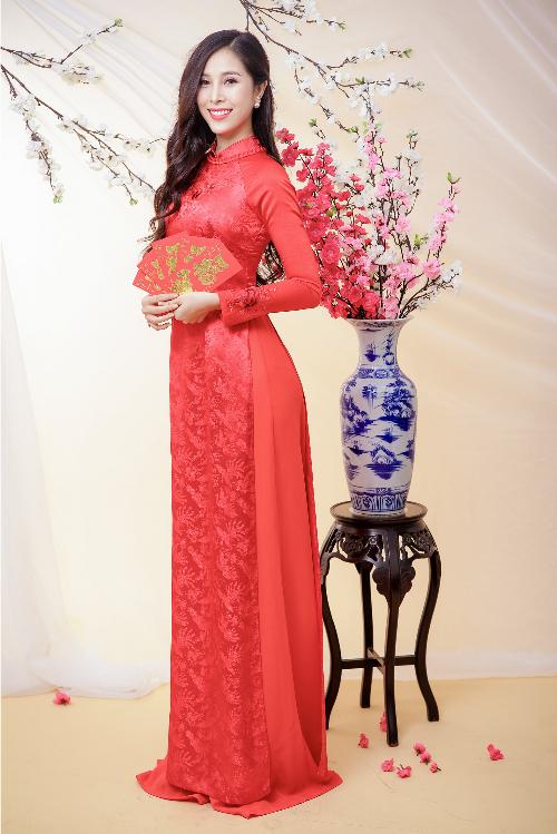 Áo dài gấm đỏ có thể xem như là một trong những lựa chọn hàng đầu của cô dâu trong ngày trọng đại. Không chỉ bởi chất liệu thuần Việt mà màu sắc cũng đem đến niềm tin cho cô dâu về sự may mắn, sung túc.