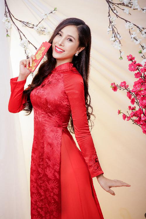 Bộ ảnh được thực hiện với sự hỗ trợ của Nữ hoàng trang sức 2017 Mỹ Duyên, áo dài Quyên Nguyễn và photo Huy Nhật.