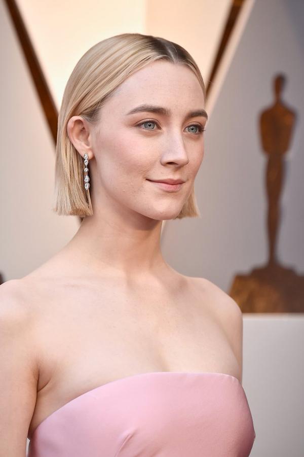 Saoirse Ronan chọn tone make up nhạt nhưng không hề đơn
