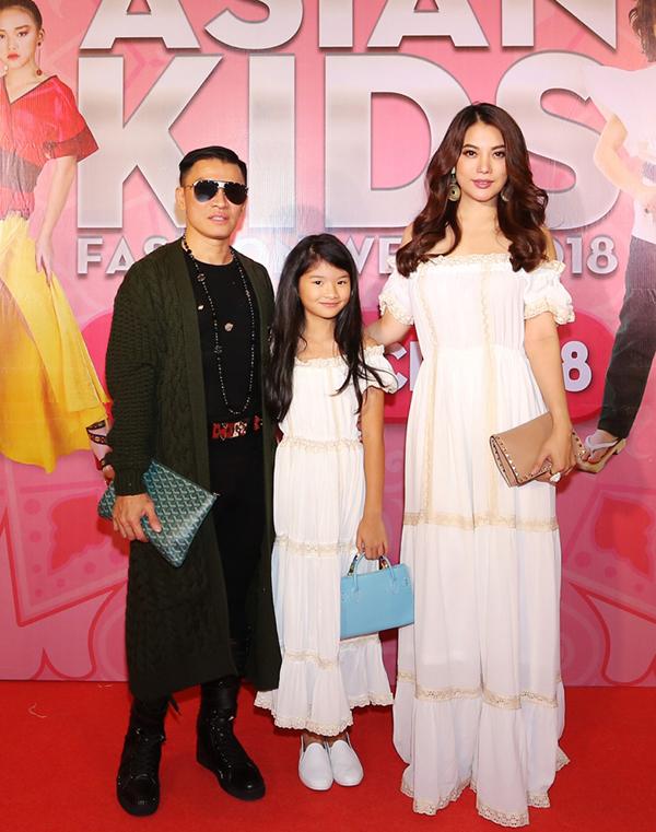Trương Ngọc Ánh và con gái cùng diện một kiểu váy trễ vai theo phong cách bohemian khi góp mặt trên thảm đỏ.