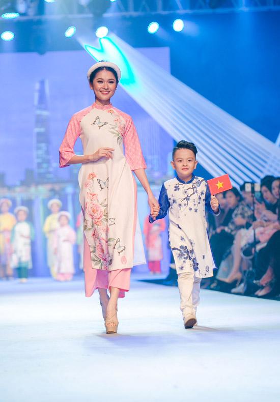 Á hậu Thùy Dung cũng diễn áo dài để ủng hộ cho đàn chị Ngọc Hân.