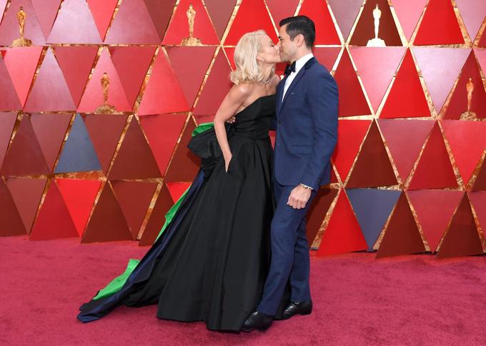Nữ diễn viên Kelly Ripa và ông xã Mark Consuelos không ngừng hôn nhau trước rừng phóng viên ảnh trên thảm đỏ tại nhà hát Dolby, Los Angeles.