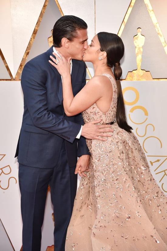 Nữ diễn viên Gina Rodriguez đắm đuối hôn chồng - tài tử Joe Locicero.