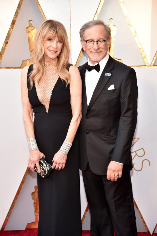Đạo diễn viên Steven Spielberg đến cùng bà xã.