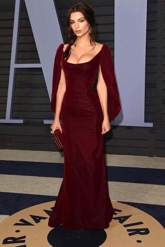 Không mặc hở bạo liệt như Bleona Qereti nhưng nhiều mỹ nhân Hollywood cũng diện đồ sexy tới dự tiệc của Vanity Fair sau lễ trao giải Oscar. Người mẫu Emily Ratajkowski khoe vòng một nóng bỏng trong bộ đầm nhung trễ nải.