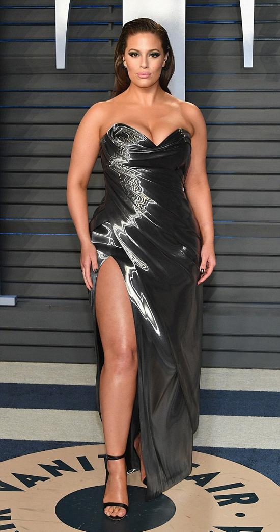 Người mẫu ngoại cỡ Ashley Graham cũng phô đường cong bốc lửa.