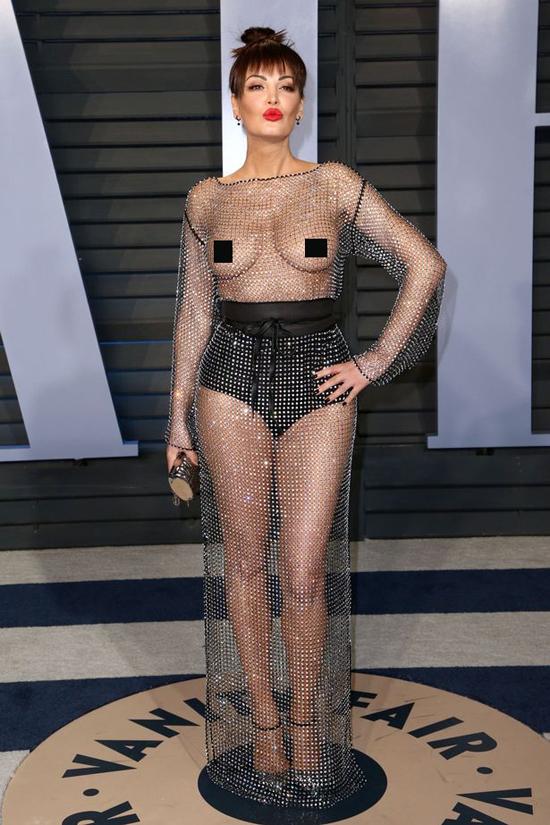 Giữa bữa tiệc hậu Oscar đầy những ngôi sao xinh đẹp và gợi cảm, Bleona Qereti đã quyết định chơi trội bằng bộ váy lưới xuyên thấu hở trọn hai bầu ngực.