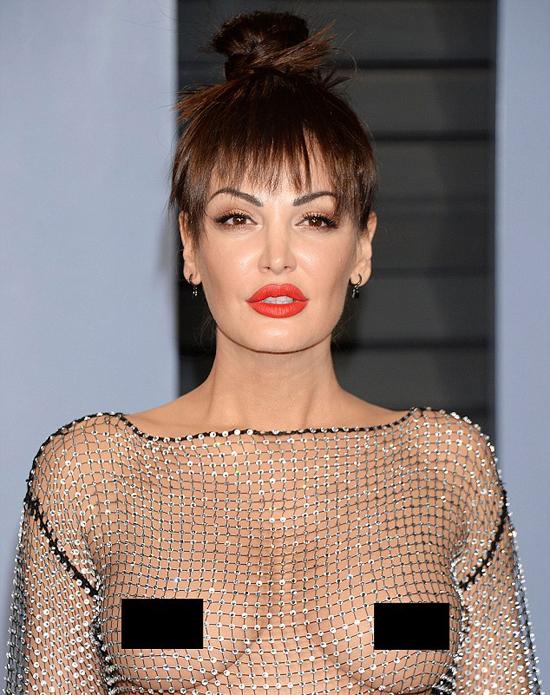 Nữ ca sĩ không hề e ngại với kiểu thời trang quá đỗi mát mẻ của mình mà tự tin tạo dáng trước đông đảo phóng viên ảnh.