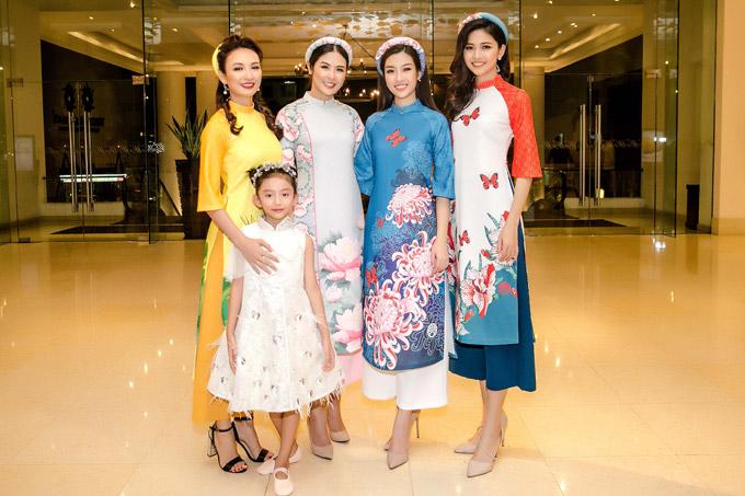 Hoa hậu Ngọc Diễm và con gái cùng đến ủng hộ Ngọc Hân ra mắt bộ sưu tập áo dài tại sự kiện Asian Kids Fashion Week 2018 vào tối 4/3 tại TP HCM. Hoa hậu Đỗ Mỹ Linh và Á hậu Thanh Tú cũng rạng rỡ mặc áo dài cách tân do Ngọc Hân thiết kế khi tham gia chương trình.