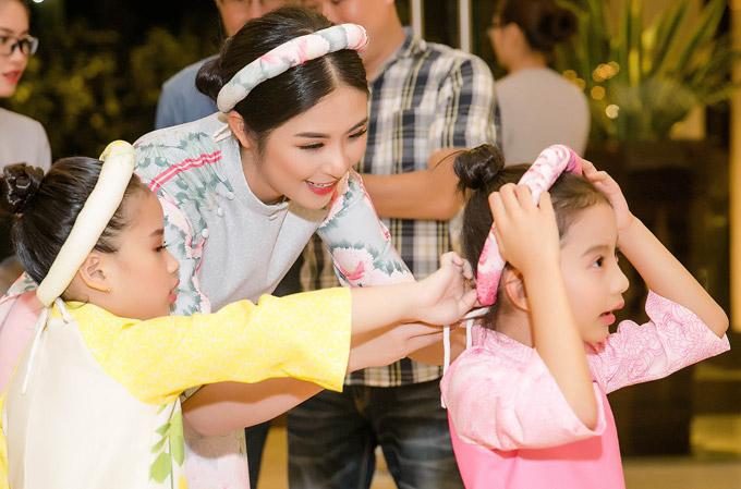 Ở hậu trường, Ngọc Hân tận tình chăm chút choChiko, con gái cưng của Ngọc Diễm. Cô bé là một trong những model nhí, trình diễn bộ sưu tập cho Hoa hậu Việt Nam 2010.