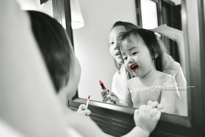 Là mẫu chính, bé Zinni, 2 tuổi, tỏ ra dạn dĩ và diễn sâu trước ống kính của bố.