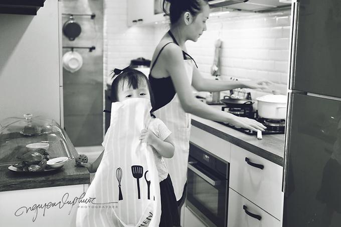 Mỗi lần mẹ vào bếp nấu ăn, cô bé cũng đeo tạp dề phụ mẹ.