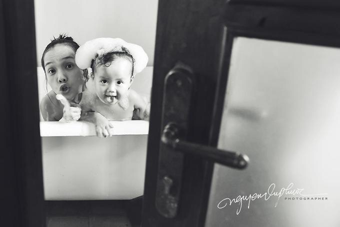 Suốt hơn nửa tháng canh từng khoảnh khắc dễ thương của con gái, nhiếp ảnh gia Nguyễn Vũ Phước mới hoàn thành bộ ảnh tặng bà xã và những người mẹ yêu con nhân ngày Quốc tế Phụ nữ.