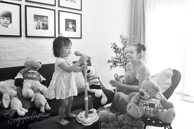 Theo anh Phước, Zinni có cá tính độc lập, nguyên tắc và tự lập. Được mẹ huấn luyện tự xúc ăn từ bé nên giờ, tới giờ cơm, con nghiêm túc ăn hết phần của mình. Nhiếp ảnh gia lý giải, nàng thơ của anh rất vui tính có thể do lúc mang bầu, mẹ béluôn giữ tâm trạng vui vẻ.