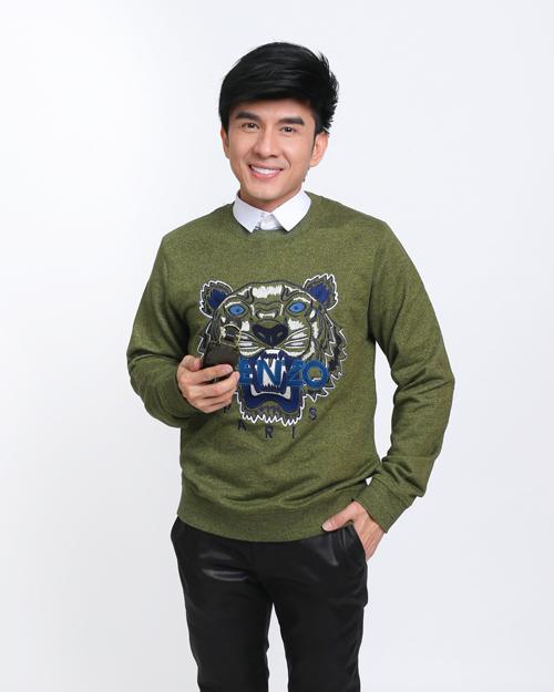 Anh Bo Đan Trường khoe vẻ đẹp không tuổi với set đồ trẻ trungtrong chiếc sweatshirt tiger.