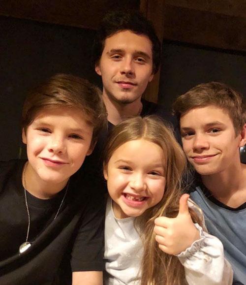Trong khi đó, Vic chia sẻ khoảnh khắc đáng yêu của cả 4 đứa con