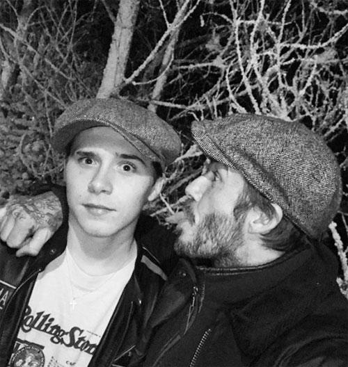 Trong khi đó, Becks gây chú ý với bức ảnh hài hước của hai bố con. Chúc mừng sinh nhật chàng trai, bố rất tự hào về người đàn ông đang dần định hìnhtrong con. Hãy luôn nồng nhiệt, kiêu hãnh, khiêm tốn và luôn là con nhé, Yêu con Bust, cựu danh thủ Anh viết.