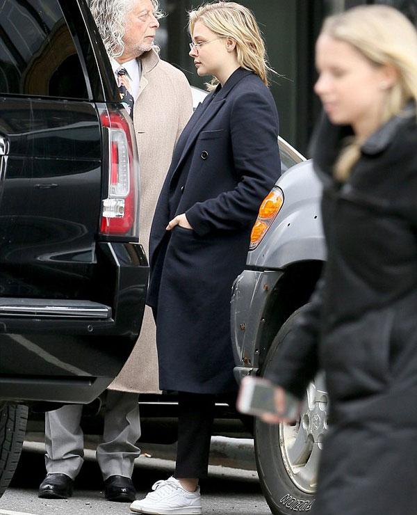 Nữ diễn viên Chloe Moretz không biểu lộ nhiều cảm xúc khi ra xe. Người đẹp