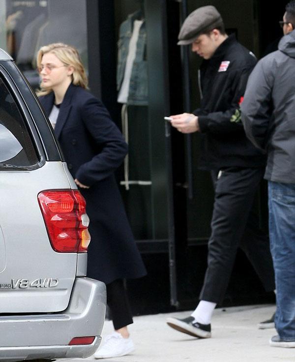 Brooklyn mải mê xem điện thoại, đi sau bạn gái tóc vàng khi cả hai rời khỏi khách sạn Edition ở New York hôm 4/3.