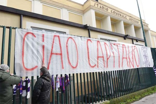 Fan Fiorentina giăng biểu ngữ vĩnh biệt đội trưởng bên ngoài SVĐ